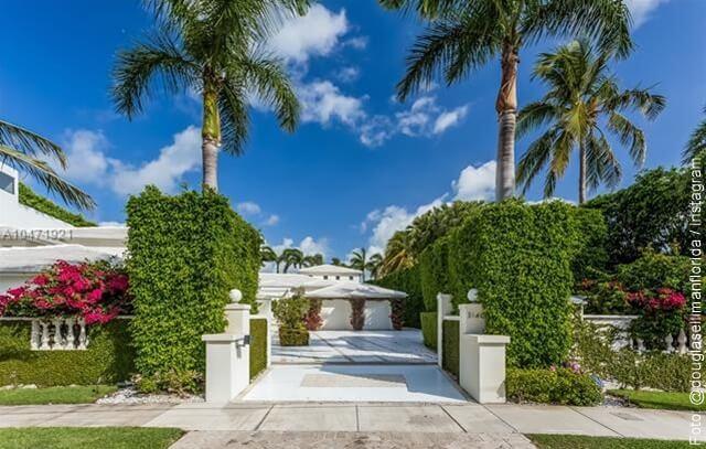 foto de la entrada de la casa de shakira en miami