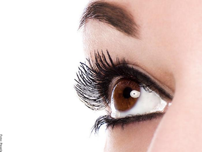Foto de un ojo con pestañas largas