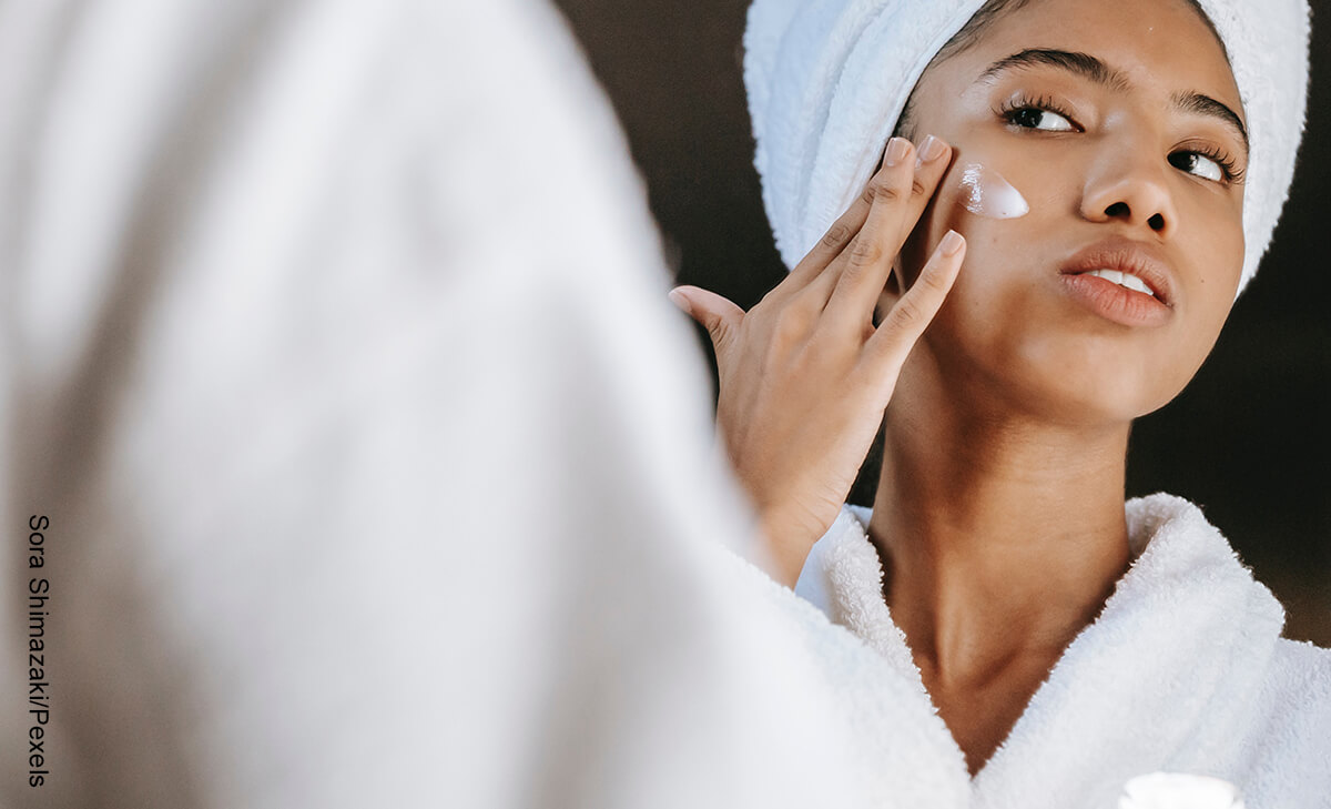 Foto de una mujer aplicando crema en su rostro que muestra el Acid Mantle para qué sirve