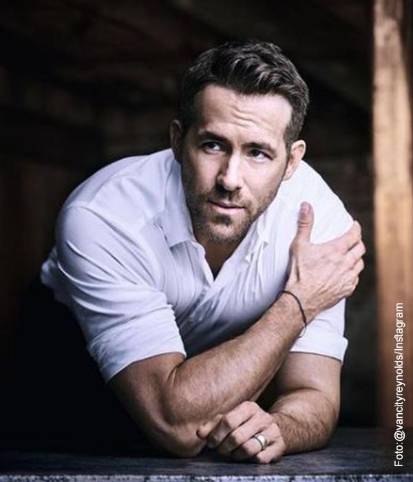 Foto del actor Ryan Reynolds que ilustra actores guapos