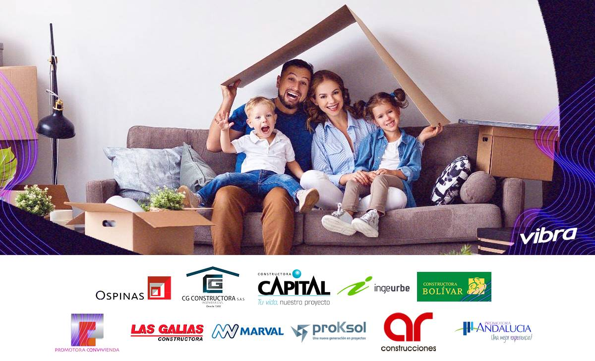 Foto de una familia reunida desempacando en su casa nueva