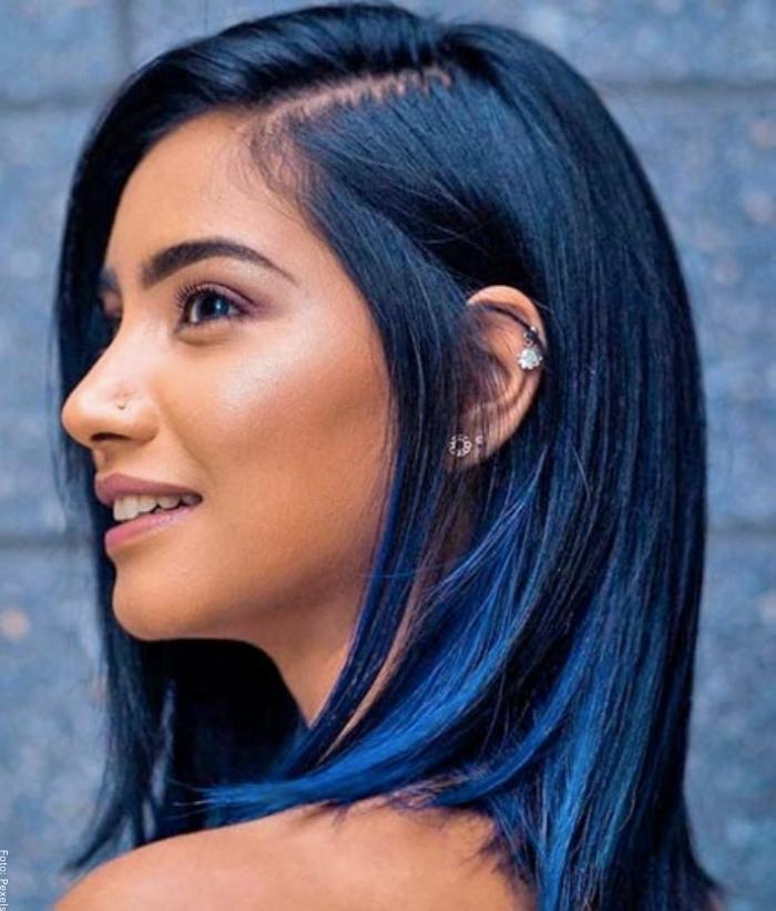 Foto de mujer con cabello azul vibrante