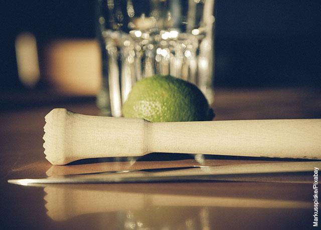 Foto de un mortero y un limón