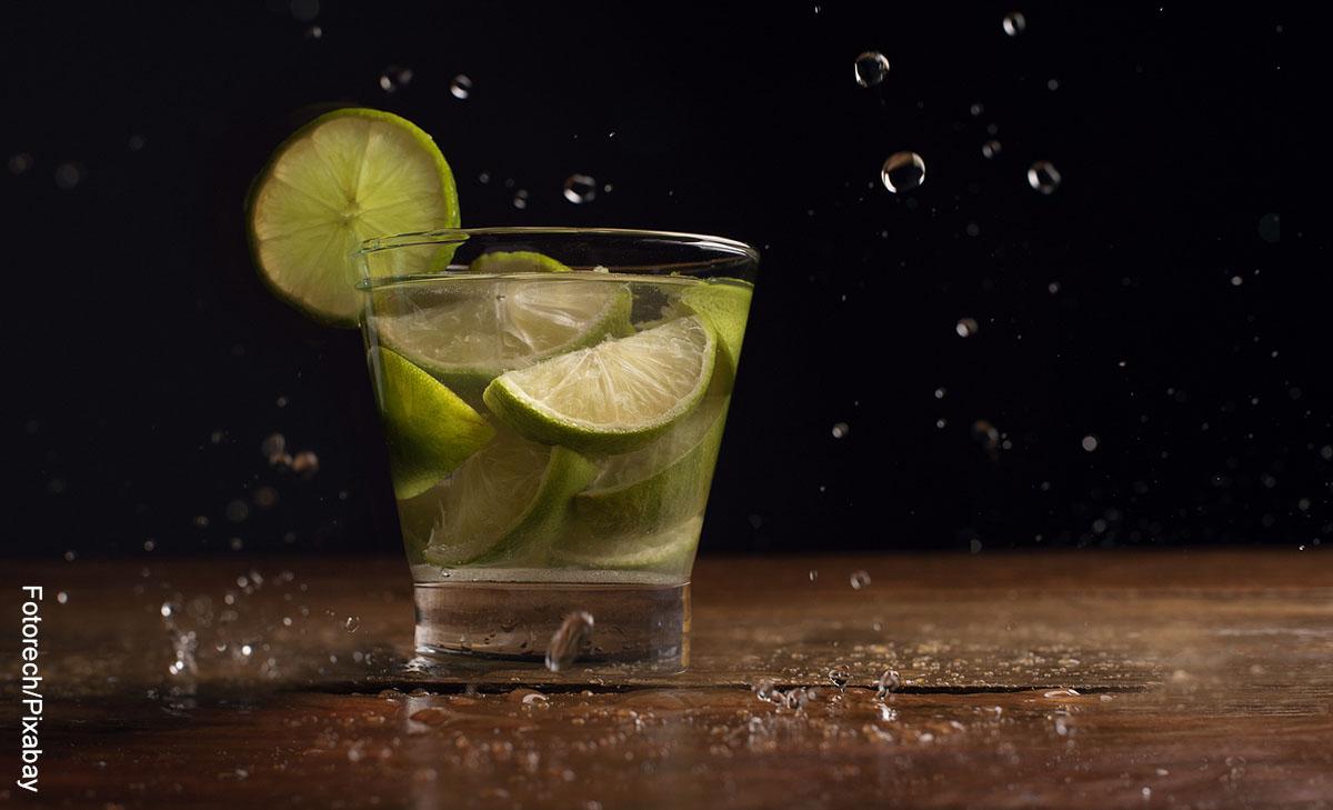 Foto de un a bebida con limón que ilustra la caipiriña y su receta