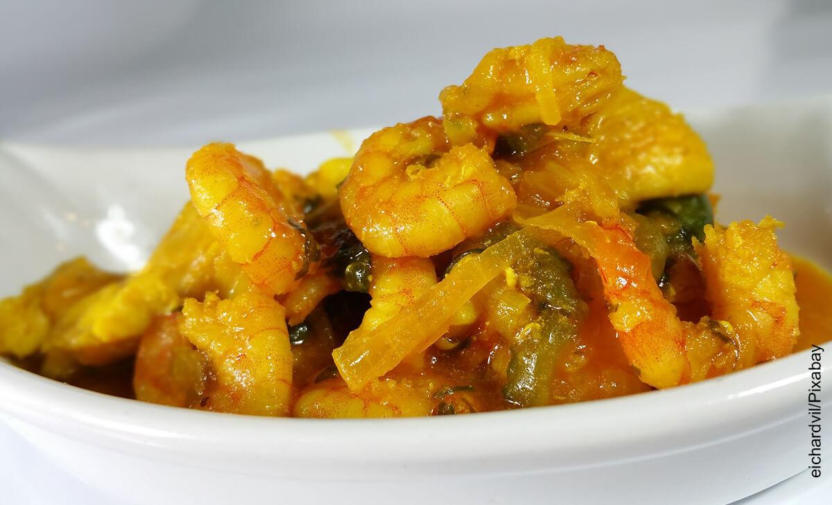 Foto de un plato de camarones al ajillo