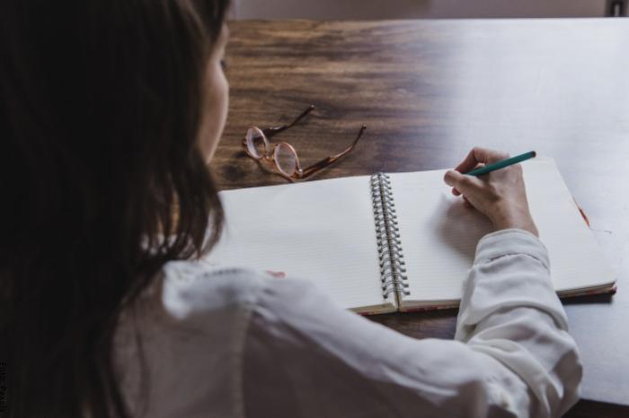 Foto de una mujer escribiendo una carta