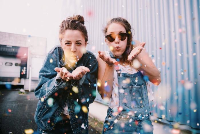 Foto de dos hermanas celebrando cumpleaños