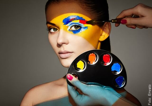 foto de mujer con paleta de maquillaje para agrandar los ojos naturalmente