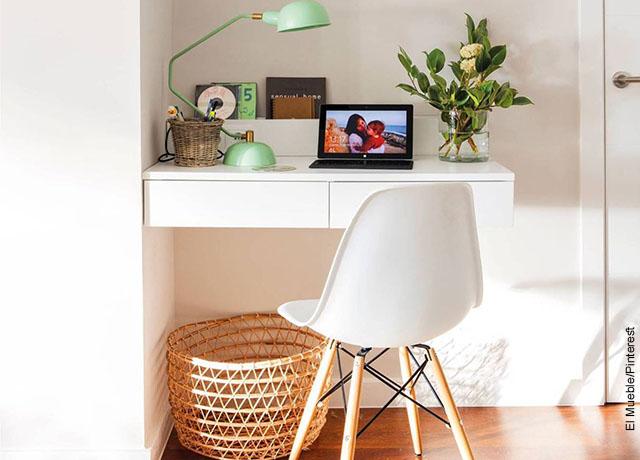 Foto de una mesa pegada a la pared que ilustra cómo decorar mi cuarto