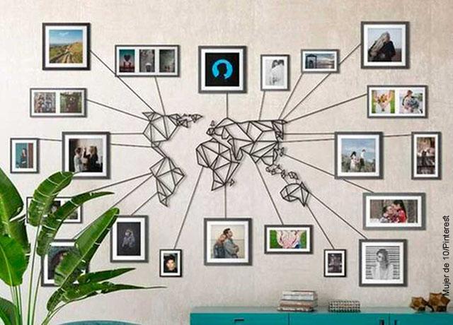 Foto de unas fotos pegadas en una pared junto con un mapamundi