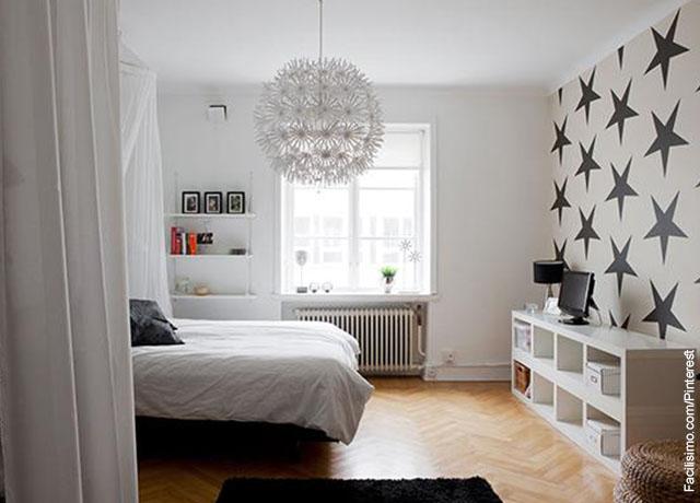 Foto de una habitación decorada con un cama y estantes