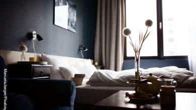 Foto de una habitación de hotel que muestra cómo decorar mi cuarto
