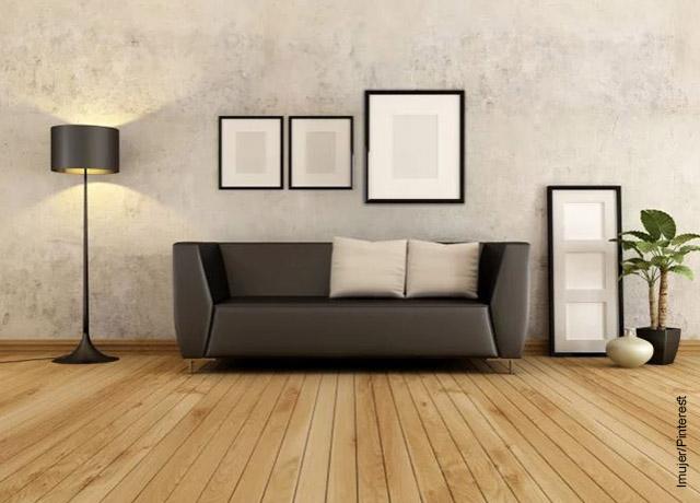 Foto de un sofá y una lámpara negra en una sala