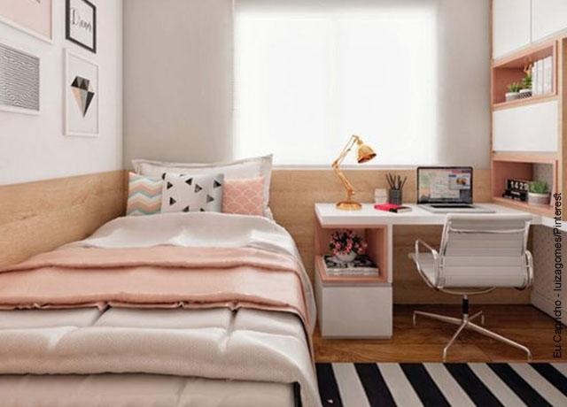 Foto de la habitación de una mujer joven con su cama y un escritorio