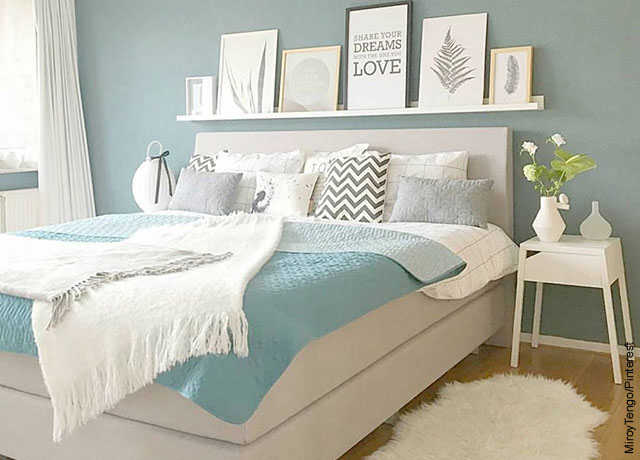 Foto de un cuarto mtatrimonial con una cama y una mesa
