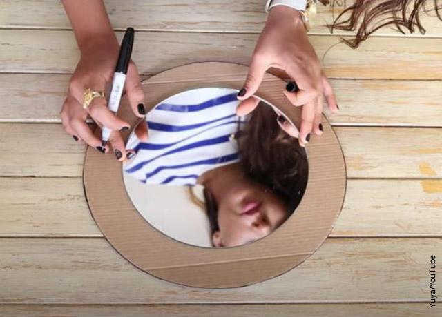 Foto de una mujer dibujando sobre un trozo de cartón