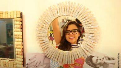 Foto de una mujer sonriendo que muestra cómo decorar un espejo