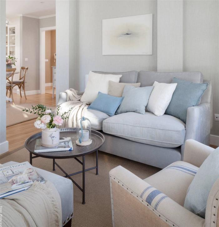 Foto de una sala en tonos claros como gris, azul y blanco