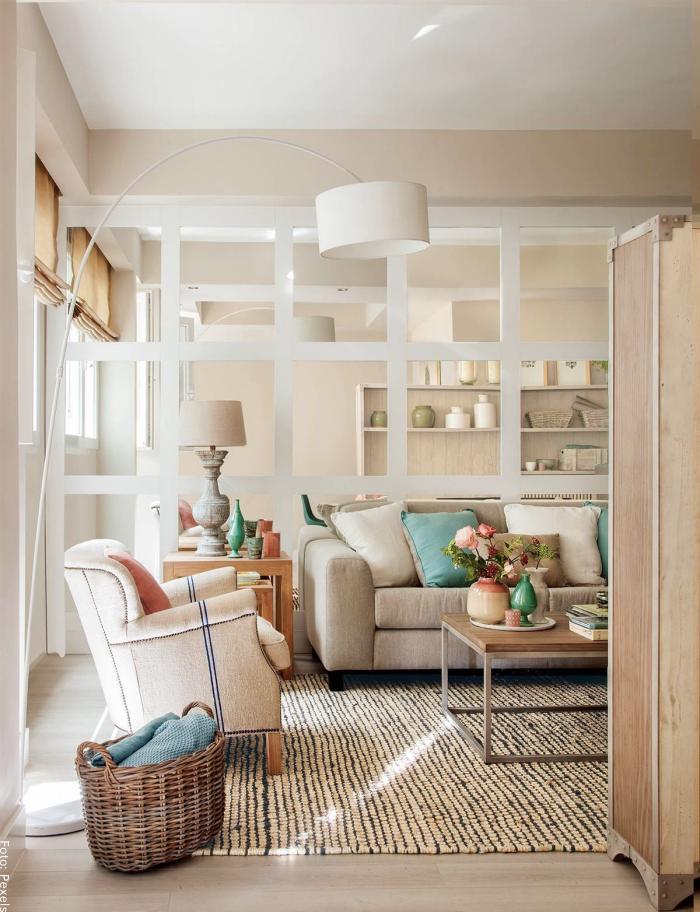 Foto de una sala con espejos de techo a piso