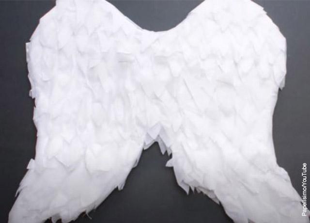 Foto de un trzo de cartón en forma de alas que muestra cómo hacer alas de ángel