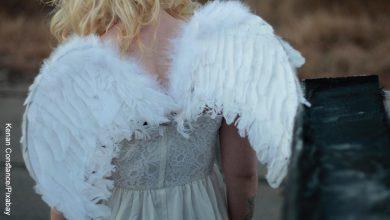 Foto de una niña rubia que ilustra cómo hacer alas de ángel