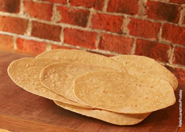 Foto de varias tortillas mexicanas sobre una mesa que muestran cómo hacer burritos