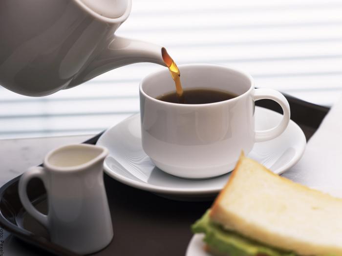 Foto sirviendo una taza de café