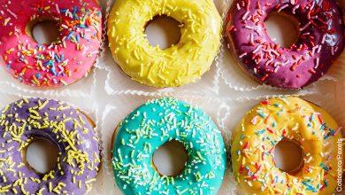 Foto de seis rosquillas de colores que ilustran cómo hacer donas