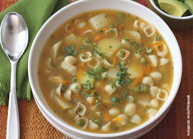 Foto de una sopa de conchitas y verdura
