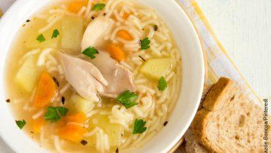 Foto de un plato de sopa que ilustra cómo hacer sopa de pasta