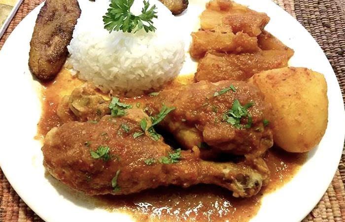 Foto del sudado de pollo ya preparado servido en un plato