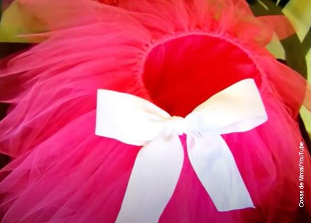 Foto de un tutu rosado con una cinta blanca