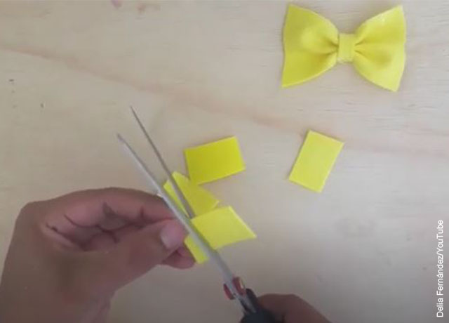 Foto de unas manos recortando figuras en papel
