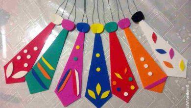 Foto de varias corbatas hechas en foami sobre un plástico