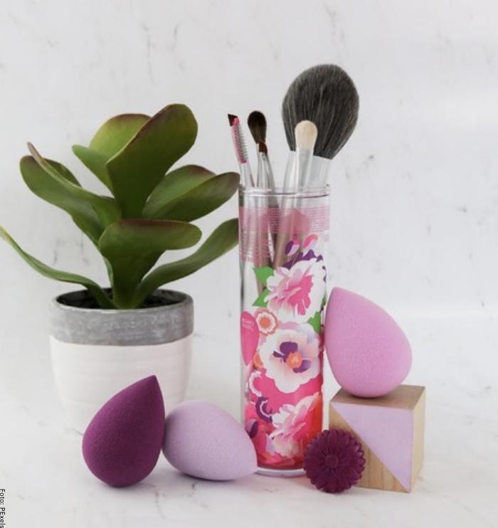Foto de unas brochas y esponjas de maquillaje