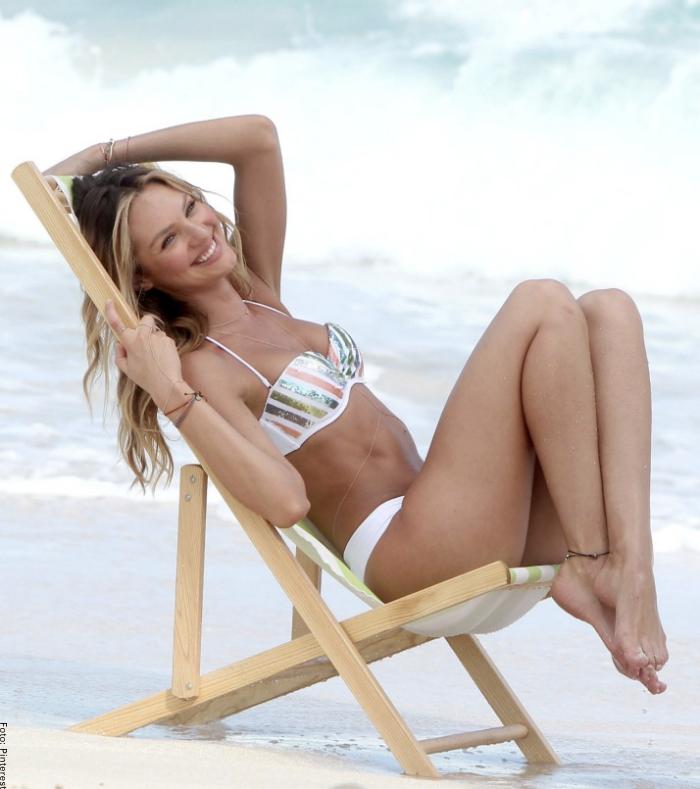 Foto de una mujer sentada en la playa