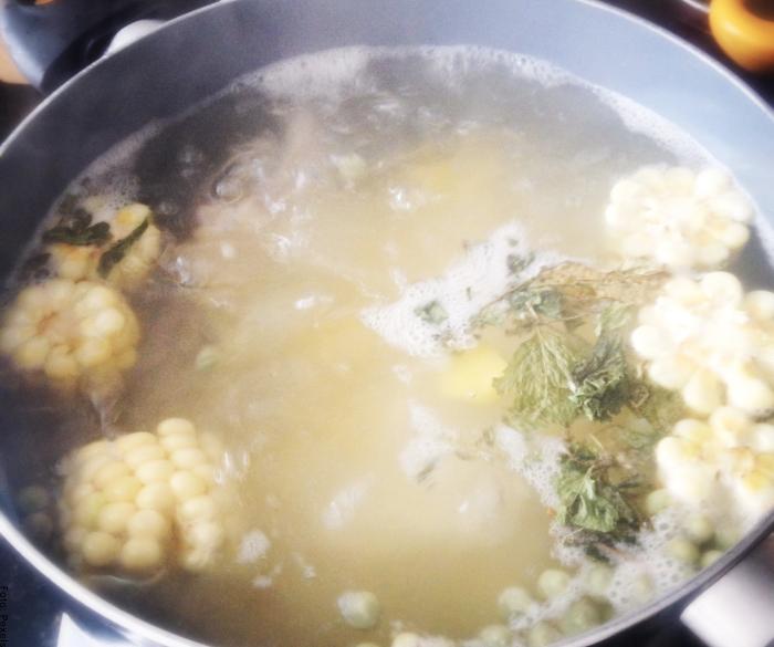Foto de una olla con todos los ingredientes del ajiaco