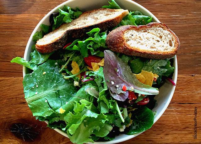 Foto de una ensalada de vegetales con pan