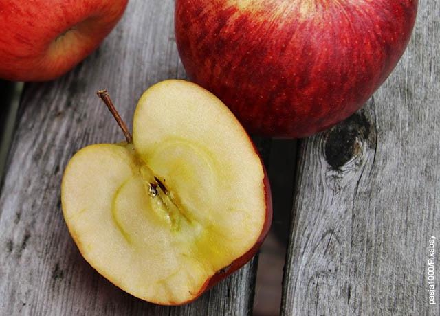 Foto de una manzana roja partida por la mitad