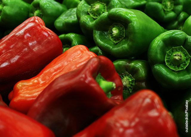 Foto de varios pimentones verdes y rojos