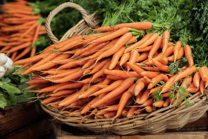 Foto de unas zanahorias en una canasta