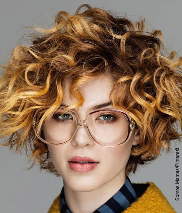 Foto de una mujer rubia con pelo corto