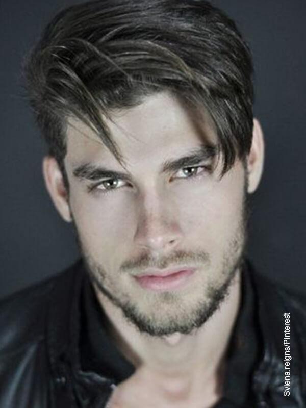 Foto de un modelo mirando a la cámara que ilustra los cortes de cabello corto para hombres