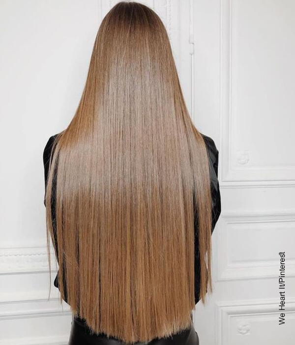 Foto de una mujer de espalda que muestra su corte de cabello