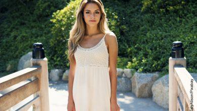 Foto de una mujer joven con un vestido blanco posando que ilustra los cortes para cabello largo