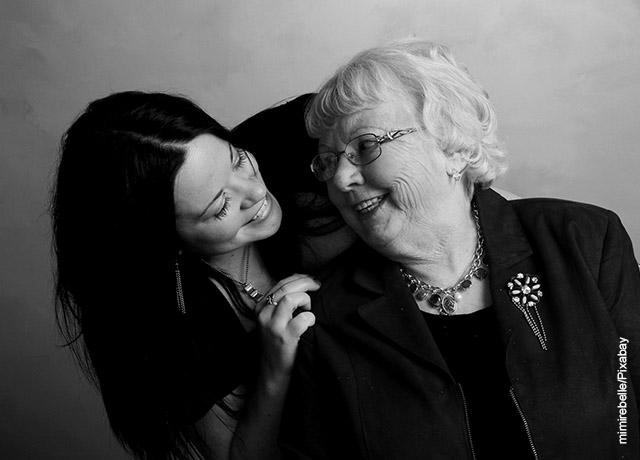Foto de una mujer con su abuela sonriendo