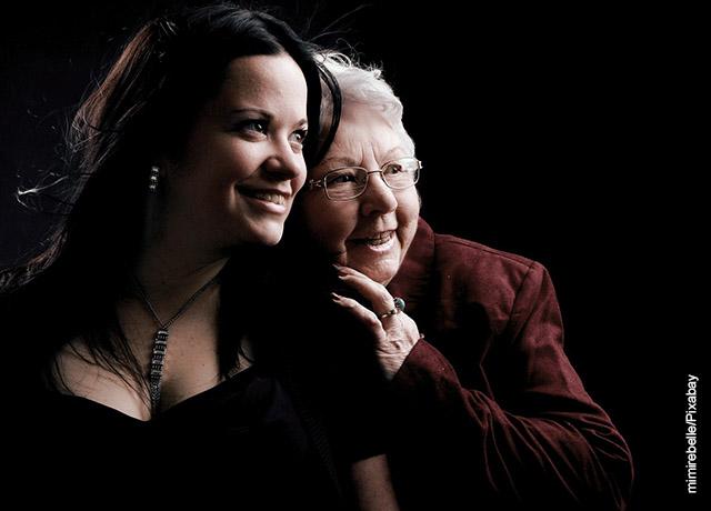 Foto de una nieta con su abuela sonriendo