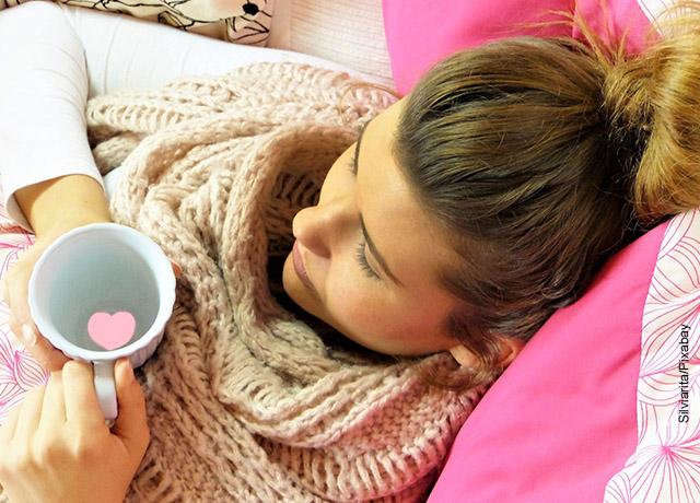 Foto de una mujer bebiendo de una taza