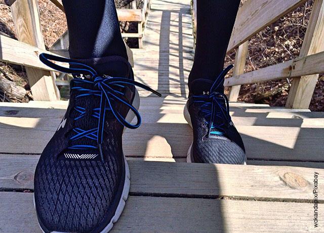 Foto de unos pies subiendo escaleras que muestra los ejercicios cardiovasculares en casa