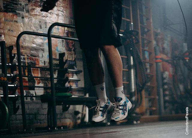 Foto de un hombre saltando en un gimnasio